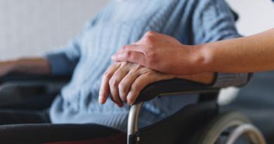 Finalmente la legge che va in aiuto ai caregiver familiari