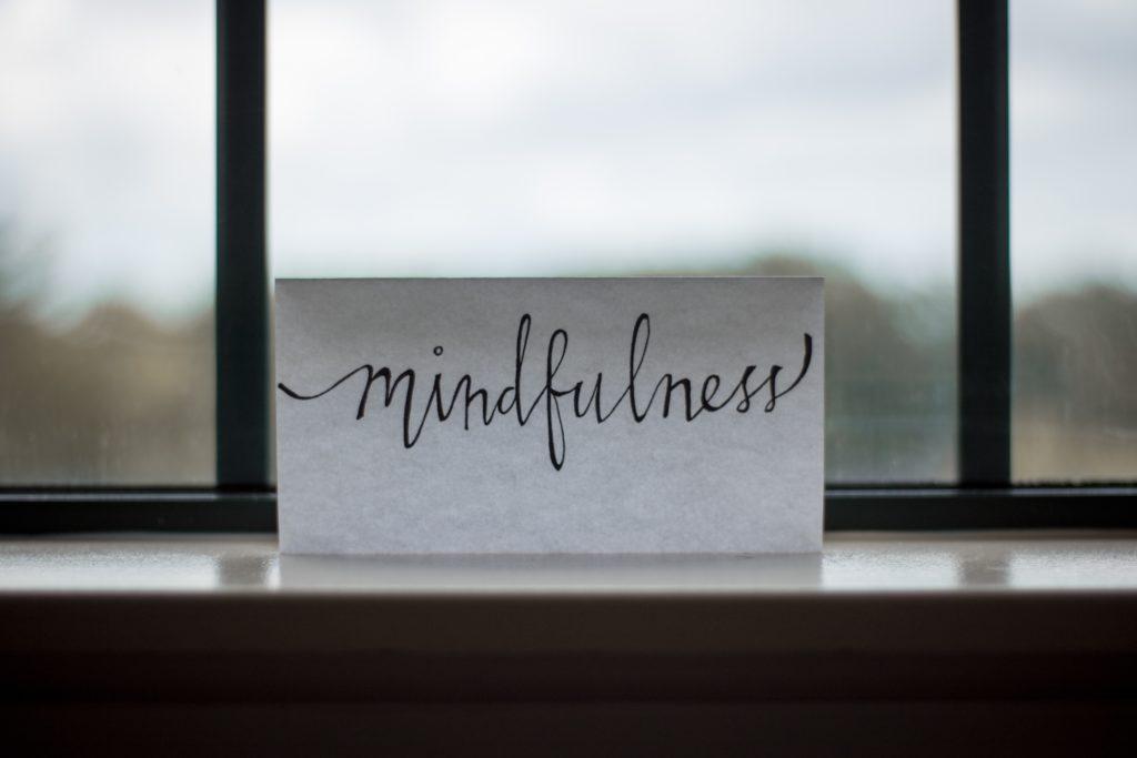 foglio alla finestra con sopra la scritta mindfulness