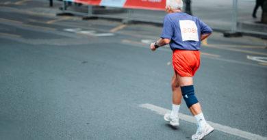 anziano corre durante maratona