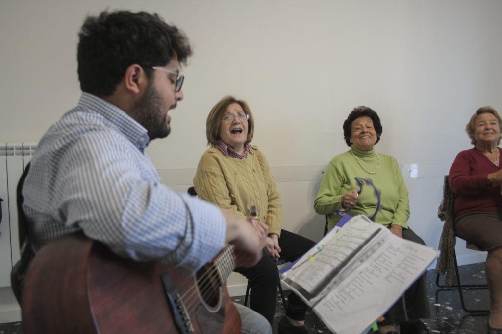 utenti cantano durante musicoterapia