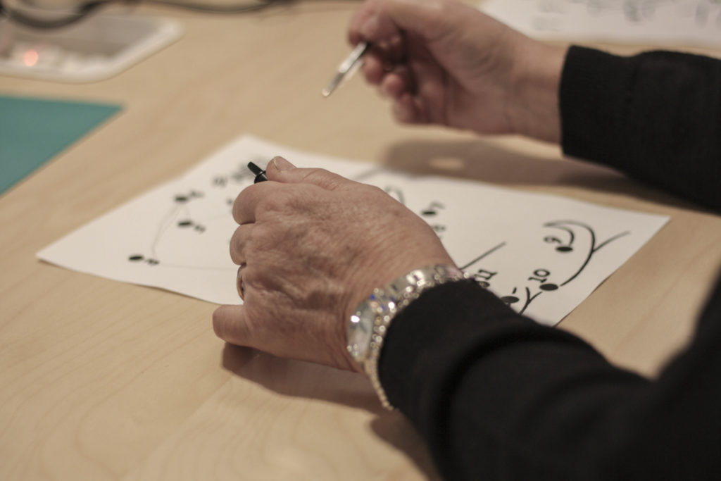 mani scrivono test in stimolazione cognitiva