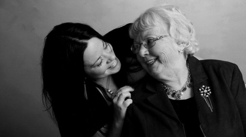 Caregiver parla alla persona con demenza