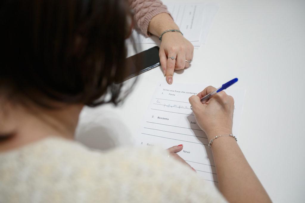 Operatore e utente durante un'attività semplice svolta con carta e penna